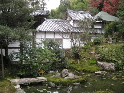 方丈前の池泉式庭園と諸堂