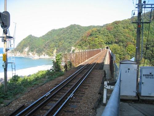 餘部駅から見た鉄橋の線路 向こうにトンネル口