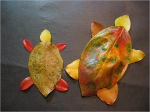 柿の紅葉・落ち葉絵 カメの親子