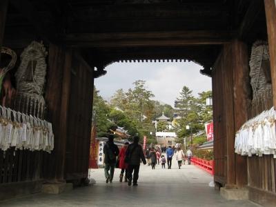 中山寺 山門をくぐる