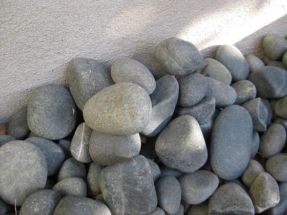 窓下庭の玉石盛り上がり