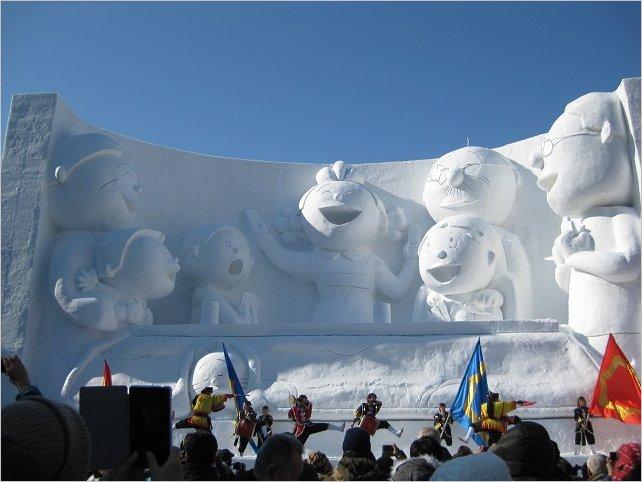 楽しいサザエさん一家の大雪像