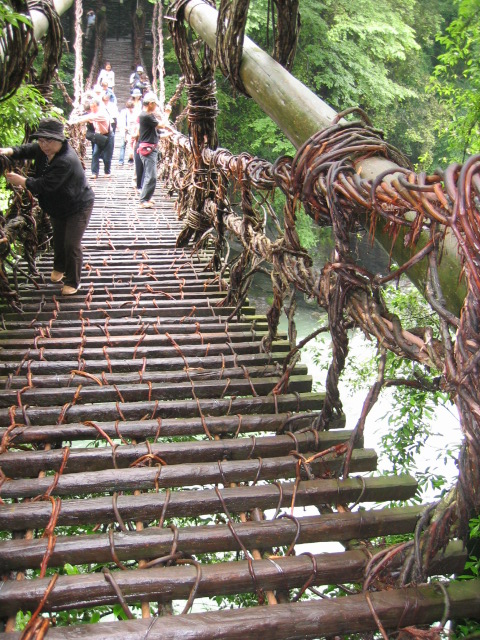 祖谷のかずら橋,渡る人