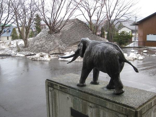 ナウマンゾウの像