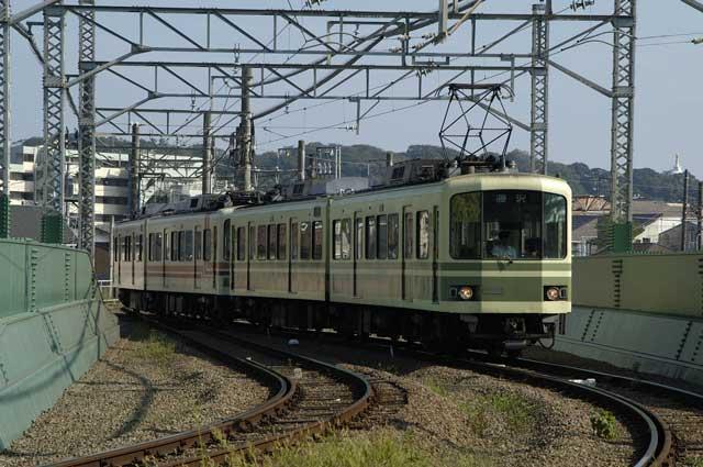 境川の鉄橋を渡る江ノ電