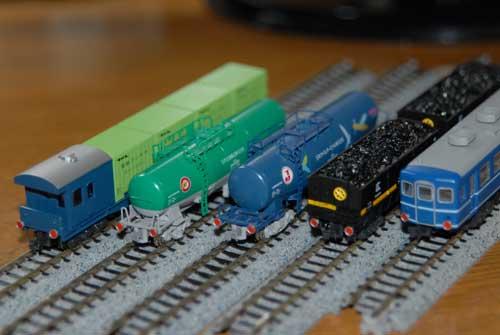 反射板を付けた貨車と客車