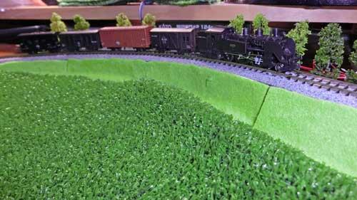 築堤カーブとローカル列車