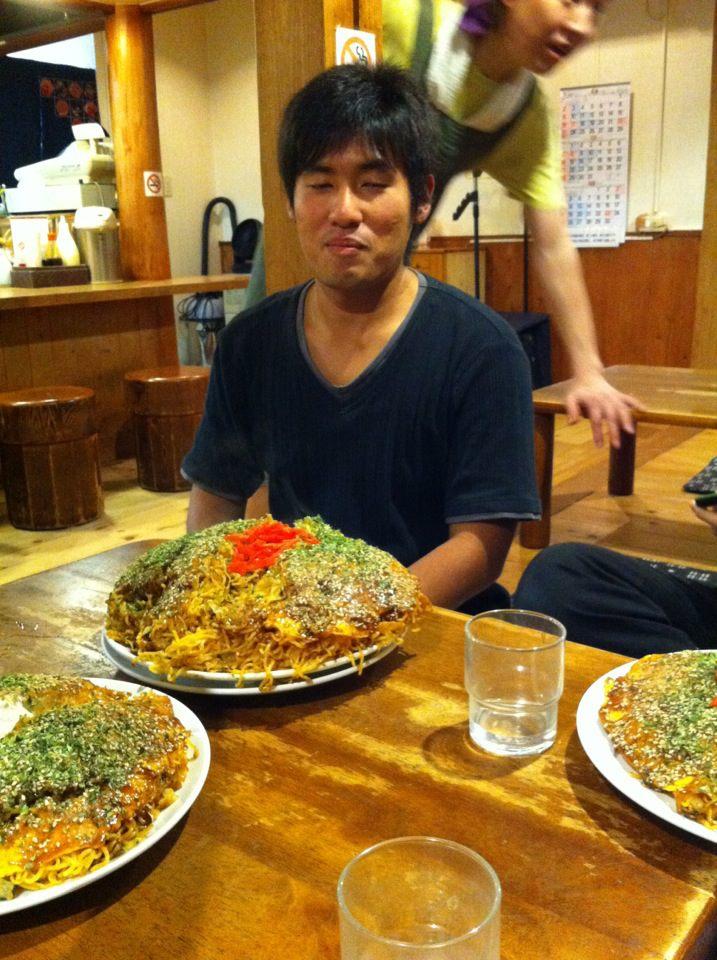 広島風お好み焼き(やきそば9玉入り)を喰らう小田