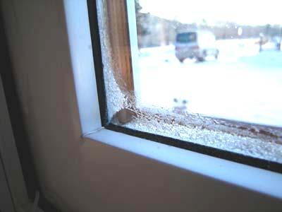 ペアガラスのサッシに付いた霜