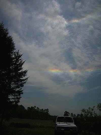 きょうの日暈(ひがさ)と彩雲のダブルレインボーは美麗です