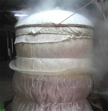 甑(こしき)でお米を蒸してるところです