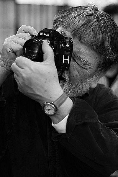 カメラを構える白岡さん