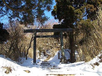 雪に彩られた大山の山頂付近の神社の鳥居