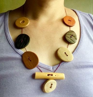 木ボタンのネックレス