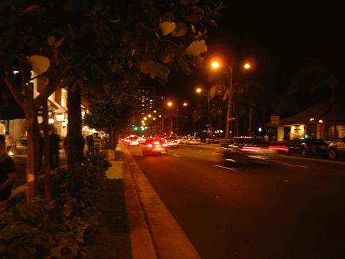 夜のカラカウア通り