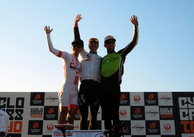 エリート表彰台、左から2位竹之内 悠、優勝Jeremy POWERS、3位Timothy JOHNSON