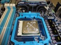 マザーボードにCPUを組み込みグリスを塗る