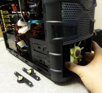 横のロックが外れたのを確かめ、フロントのファンをつかんで引っぱるとハードディスクを固定するユニット部ごと前にでてくる