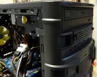 ちなみにDVDドライブもハードディスクと同様の固定方法