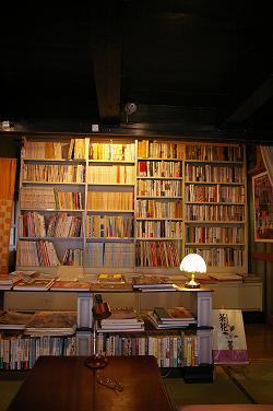 書斎のような空間に並ぶ古本たち。