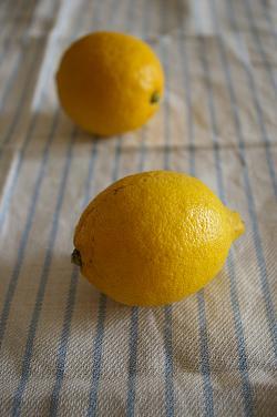 実家の庭に生っていた檸檬。 かたちは悪いけど、良い香りがします ^^