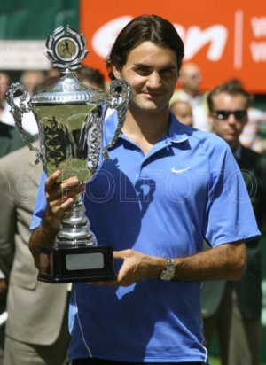 Roger Federer from Switzerland with his trophy after he won the final match against Czech Tomas Berdych at the Gerry Weber Open 2006 tennis tournament in Halle western Germany, Sunday, June 18, 2006. (AP Photo / Peter Brenneken)