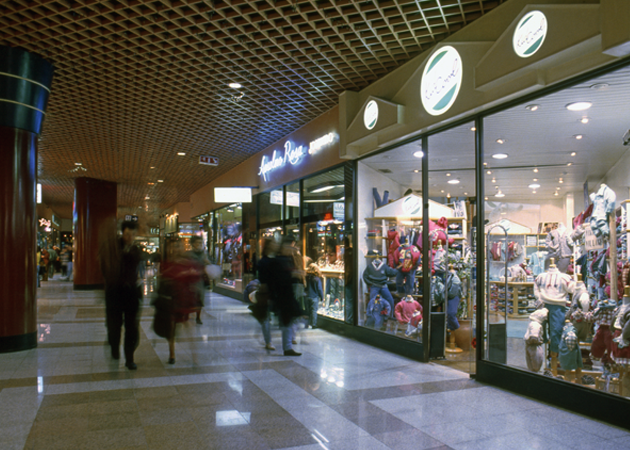 Inside of Amoreiras shopping center 店内