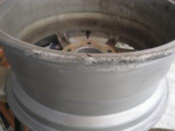 アルミホイール腐食による塗膜劣化