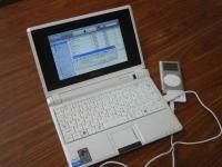 ASUS Eee PC・Eee PCにiPodを接続したところ。嗚呼、iPodミニは生産終了だそうである。