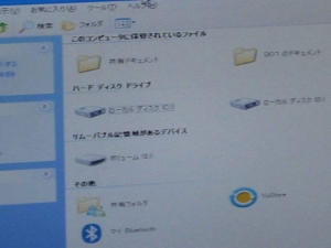 ASUS Eee PC・EeePC901 の改造。内蔵のUSBポートの増設実装。画面にマウントしている内蔵USB。