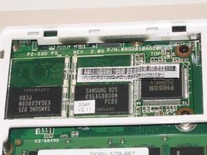 ASUS Eee PC 900のメモリベイを開いたところ。残念、SSDカードはMLC型である。
