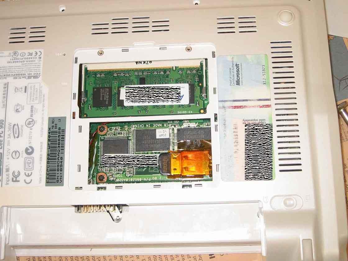 Eee PC 900の増設ポイント2の裏フタから見たところ