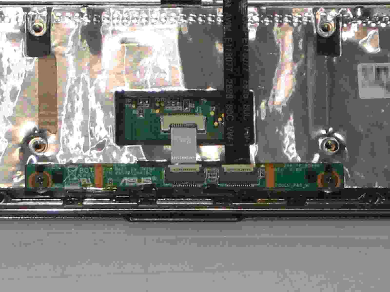 ASUS Eee S101H 筐体下部のディティール4 タッチパネル周辺の配線