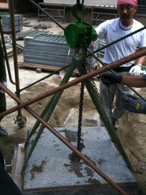 清道柱埋め込み穴の蓋をはずします
