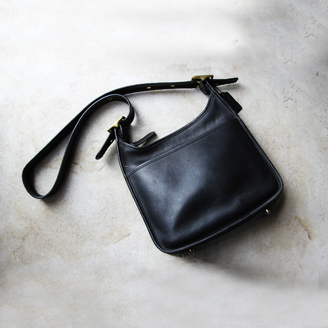 4783819b95cd 古いCOACH(コーチ)のレザーショルダーバッグです。 しっとりとしたレザーの質感は、古いものならではの味わいが感じられます。  大きさも程好く、お出かけの際にも ...