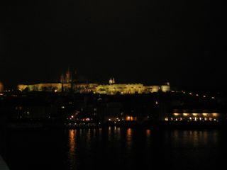 ライトアップされたプラハ城