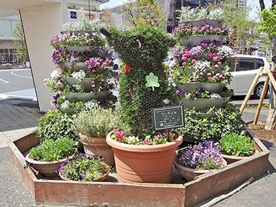 駅前花壇とチーバくん