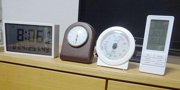 ↑【左側】去年、無印良品で買った温湿度計付きデジタル時計(リビング用)。湿度計の数値がいつも変。 ↑【右側】20年前、結婚祝いに貰ったドイツ製の温湿度計 。