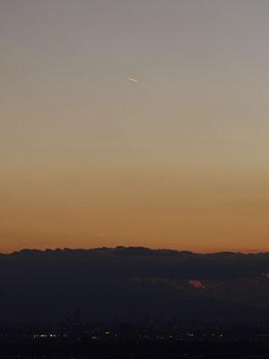 光る飛行機雲