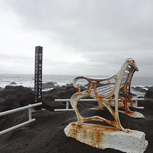 岩上のへんなベンチ