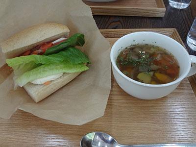 「農家食堂」のサーモンサンドと野菜スープ