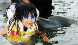 イルカにキスされる娘