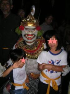 ケチャ鑑賞の後、白猿と記念撮影