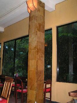 「漁師」ウブド店。テーブル席の窓の外は竹林。
