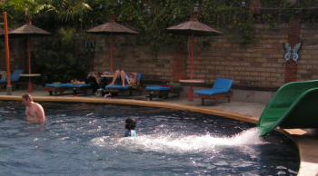 バリ・ダイナスティ・リゾートのキッズプールのプールサイド