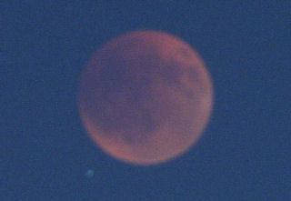 皆既中の月とみずがめ座シグマ星