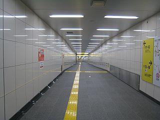 新宿三丁目駅の明治通りに出る通路