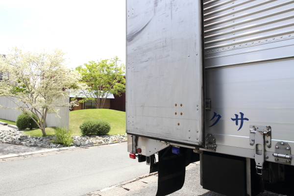大型トラックで到着
