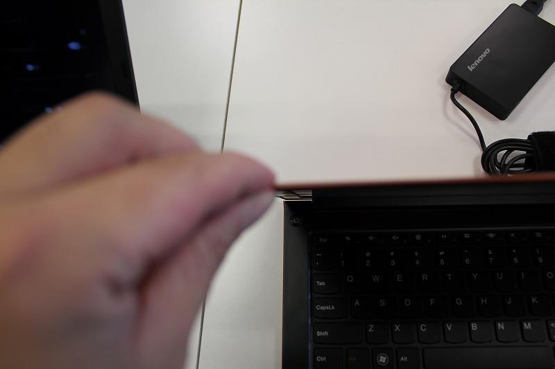 IdeaPad U300sの薄さを体感