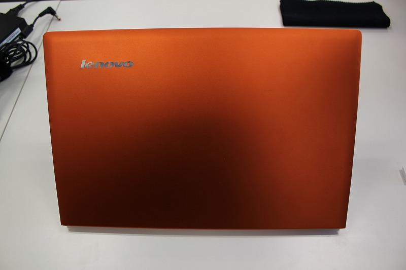 IdeaPad U300s 光の加減で変わるクレメンタルオレンジはオサレ色
